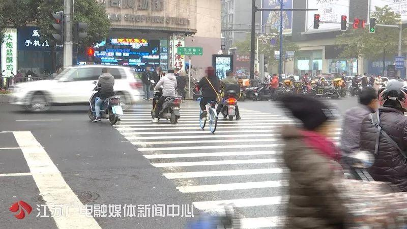 Woman Fined ¥200,000 for Playing Phone when Cross the Road!