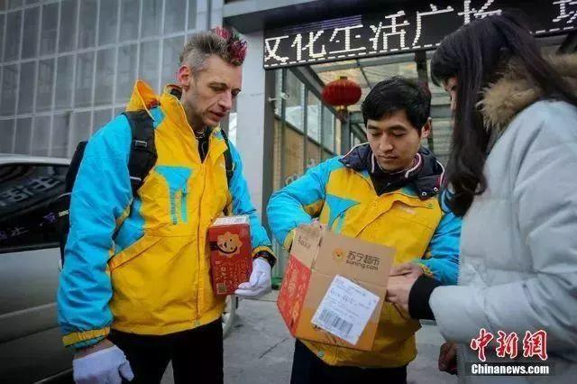 So Warm! Foreign Volunteers to Serve Travelers during CNY!