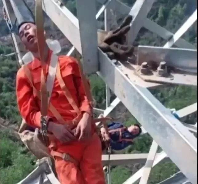 Why These Chinese Workers Take Nap 50 Meters Above the Ground?