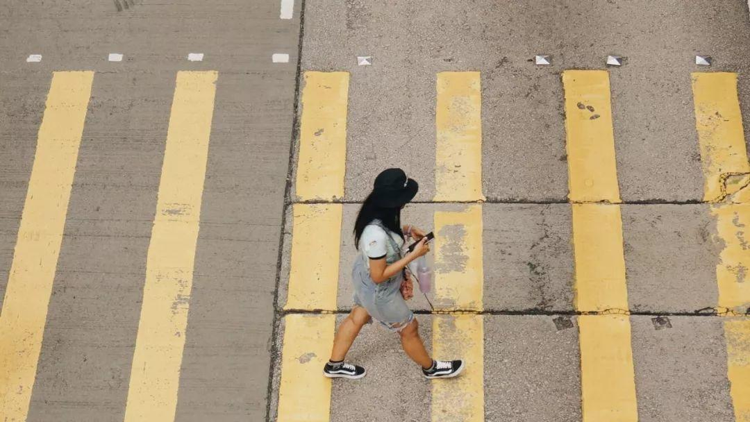 Forbidden! You'll be Fined for Doing This while Crossing!