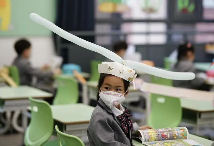 Smart Solution! Chinese Kids Wear Hats to Keep Social Distance
