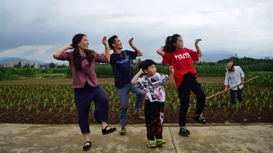 Bye Depression! Chinese Couple's Dance Lifts Spirits of Millions